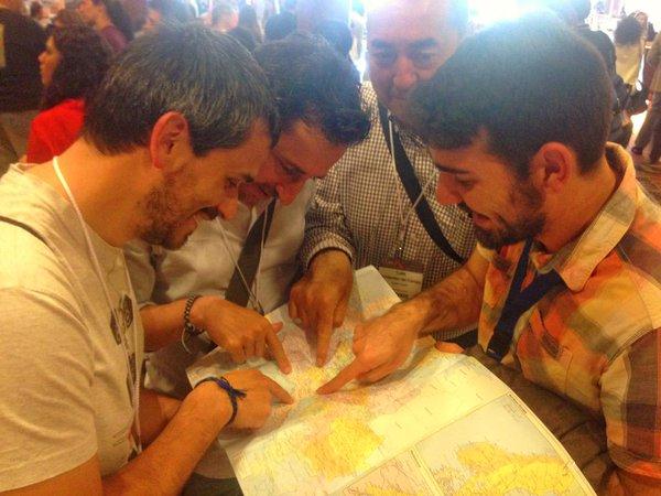 Blogueros agrupados en torno a un mapa